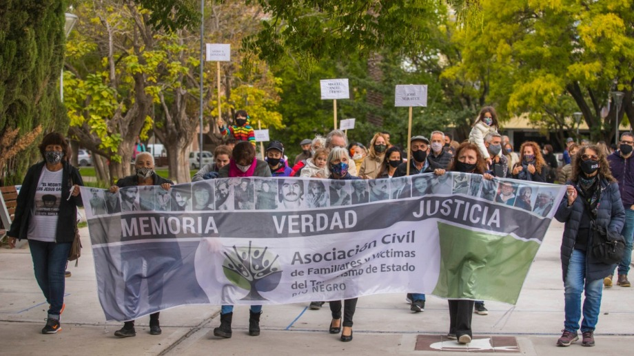 La marcha en la plaza San Martín en el acto central por el Día de la Memoria. Foto: Marcelo Ochoa.
