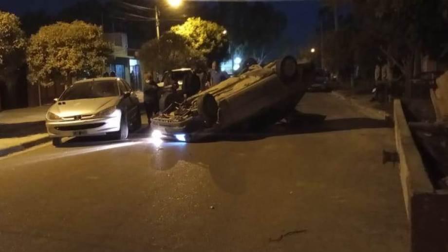 A pesar del impacto, los ocupantes salieron ilesos del accidente y luego decidieron huir. (Foto enviada por un lector)