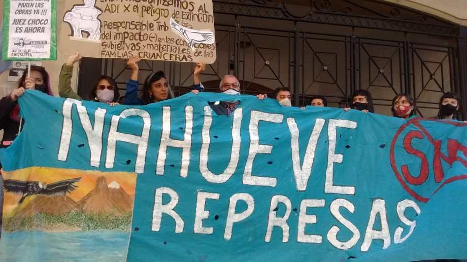 Los manifestantes en la sede del Tribunal Superior de Justicia de Neuquén. Foto: Oscar Livera