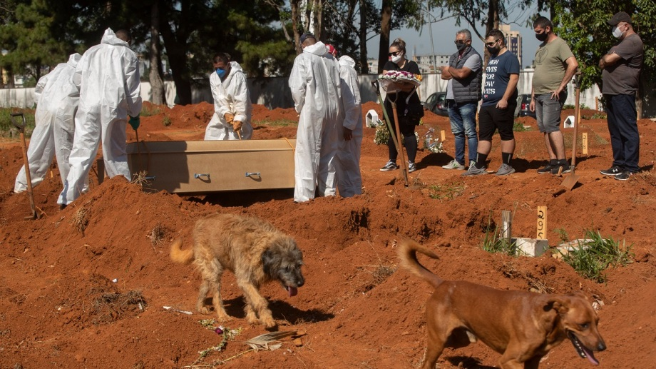 Los trabajadores no dan abasto en el cementerio Vila Formosa en San Pablo, Brasil. (AP/Andre Penner)