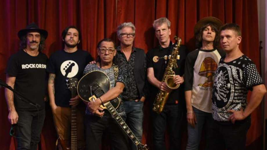 Además de Del Barrio, Kubero Díaz y Gato Azul, la nueva versión del grupo presenta a Alberto Perrone, en bajo; Jorge Polanuer, en saxo; Sebastián Peyceré, en batería; y Frankie Langdon, en voz.