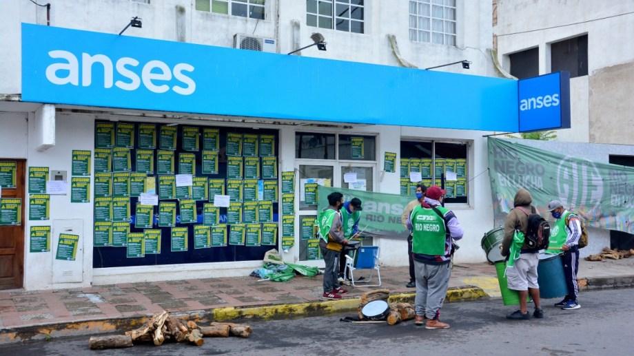 La sede Viedma del organismo nacional, con la presenica de los manifestantes. Foto: Marcelo Ochoa.