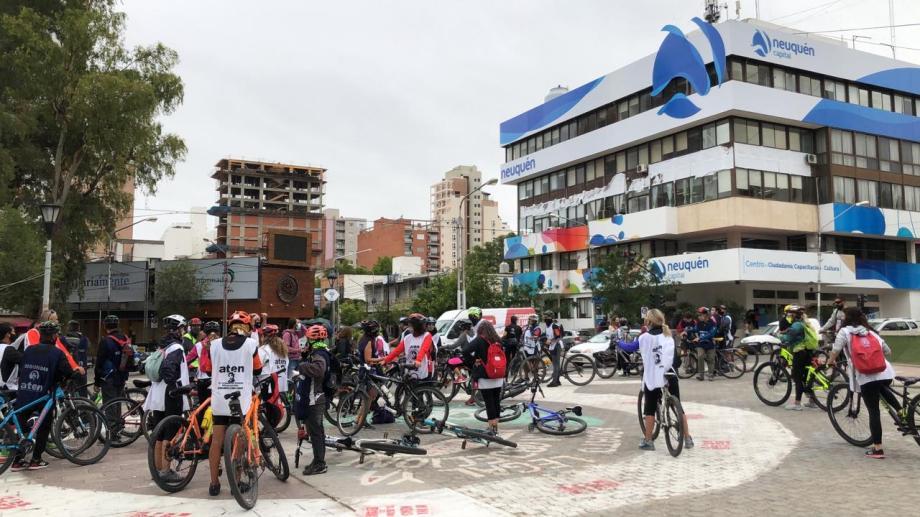 Los docentes de Neuquén se concentraron en el monumento a San Martín y harán una bicicleteada hasta los puentes carreteros. (Foto: gentileza)
