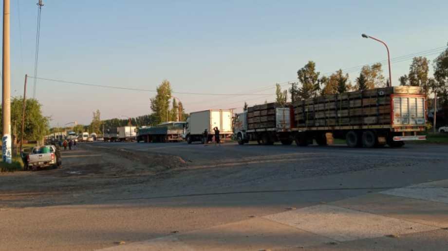 Los camiones se acumulan en el corte de la ruta 7 en El Chañar. (foto: gentileza)