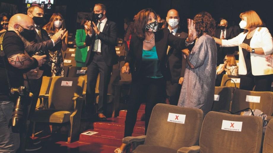 La gobernadora en su llegada al Centro Cultural de Viedma.