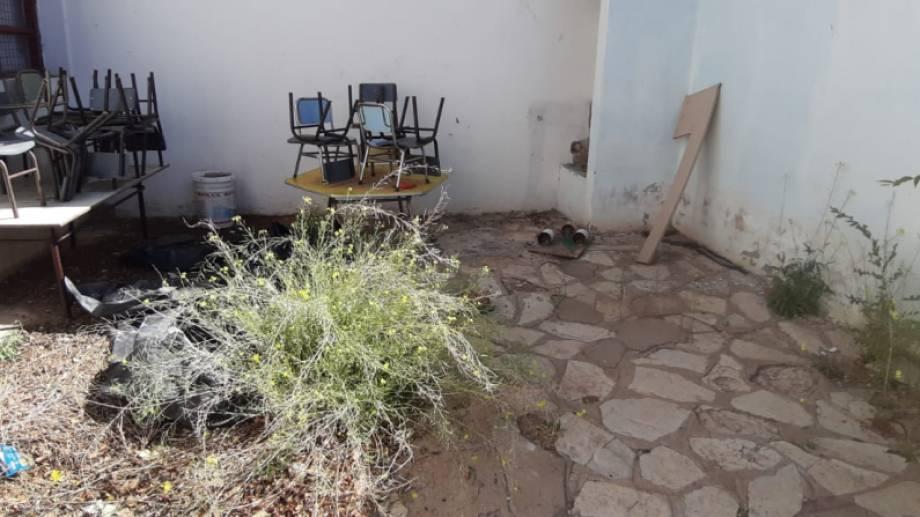 Una imagen del abandono del patio de la escuela 137 (Fuego 24)