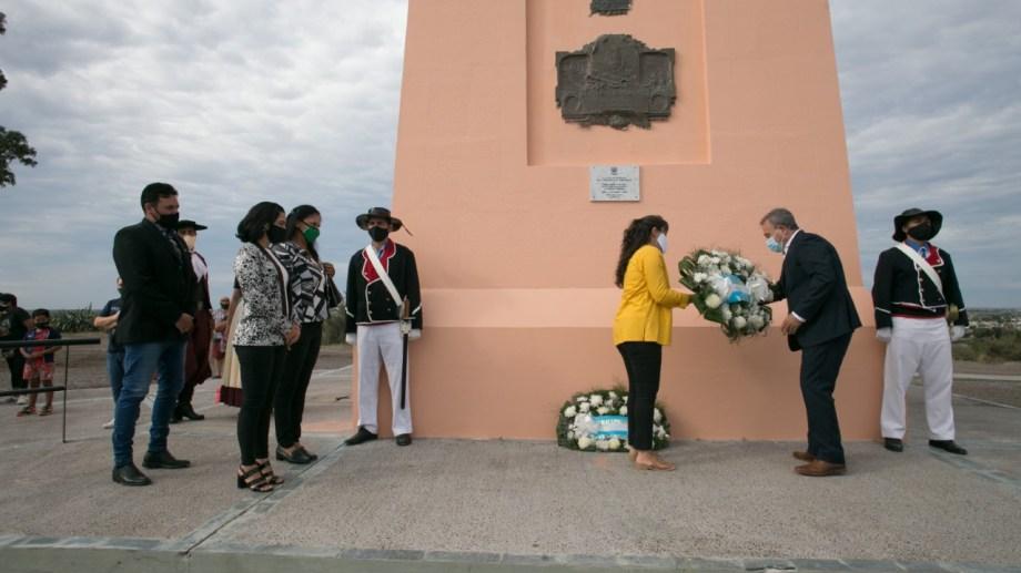 El intendente Pesatti colocó una de las ofrendas florales. Foto: Pablo Leguizamón.