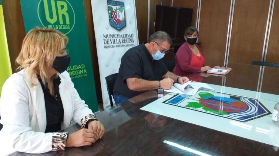 El municipio firmó un convenio para otorgar becas en programas de capacitación laboral. (Foto Néstor Salas)