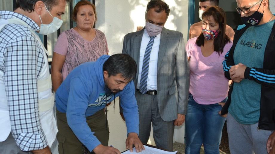 Villar firma el acta y se entrega ante el fiscal y el defensor. (Foto: César Soria)