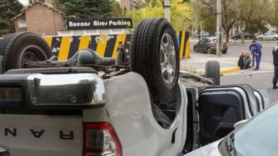 El vehículo accidentado en primer plano, y al fondo la magistrada en el cordón de la vereda.