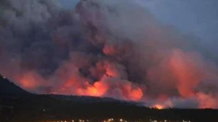 El incendio en la zona de Las Golondrinas se podía observar desde El Bolsón. (Foto Gentileza Leonardo Vásquez)