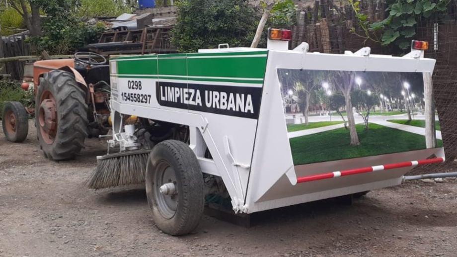 La barredora mecánica recorrerá las calles pavimentadas de Ingeniero Huergo. (Foto Néstor Salas)