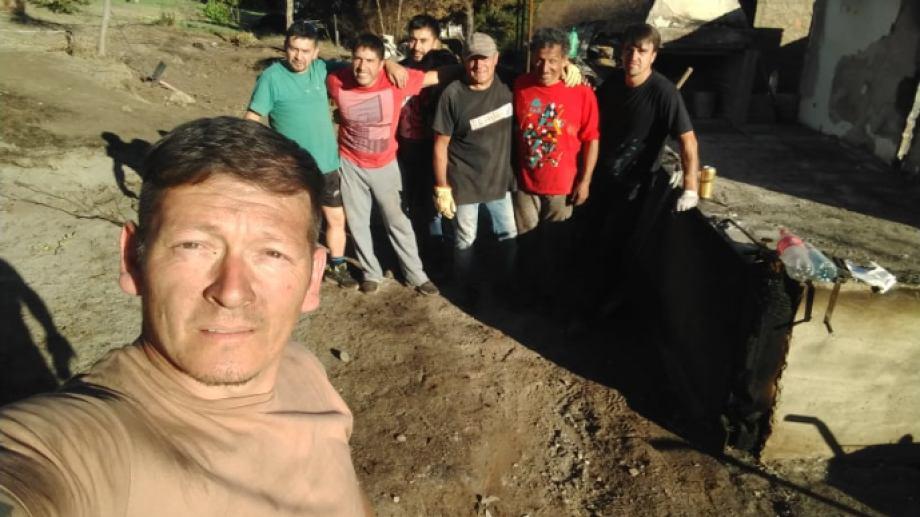 Pablo recibe la ayuda de un grupo de amigos para levantar nuevamente su casa. Pero, al igual que Marcos, necesita materiales. Foto: gentileza