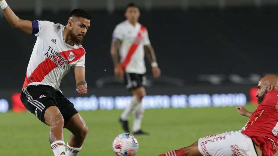 Paulo Díaz pudo ser expulsado por una plancha.