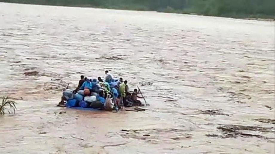 Personal de Bomberos y de la fuerza de seguridad trabajan en el lugar, donde Gendarmería Nacional logró rescatar a un hombre.