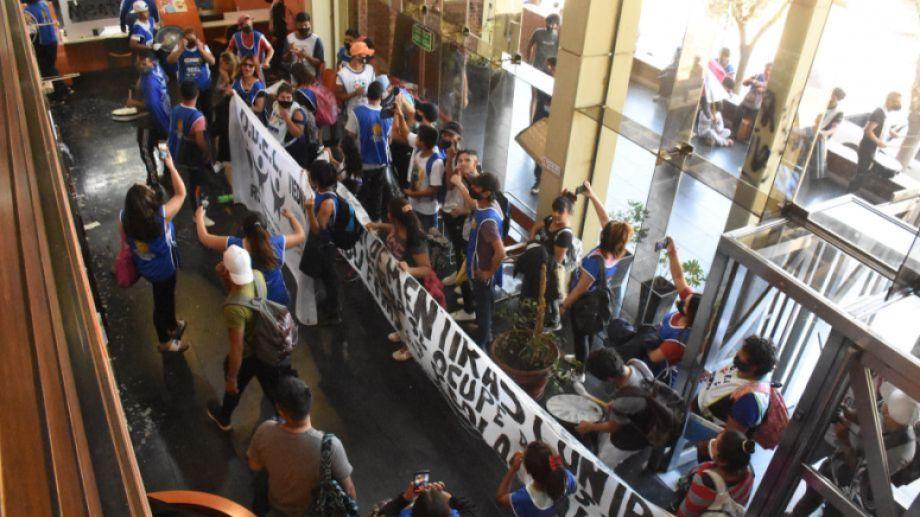 Después de estar en la Ciudad Judicial, los participantes de Odel irrumpieron en las instalaciones del diario.-