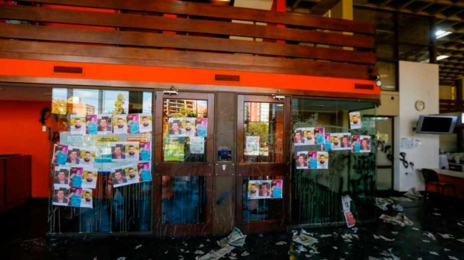 Así quedó la entrada de la sede central de RÍO NEGRO.-