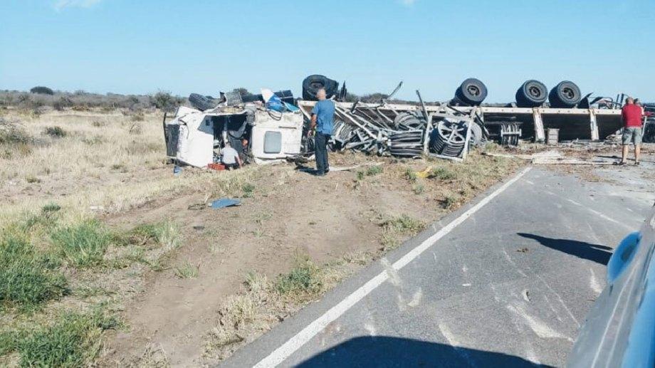 El camión quedó con sus cuatro ruedas hacia arriba tras volcar cerca de La Adela. (Foto Jorge Tanos)