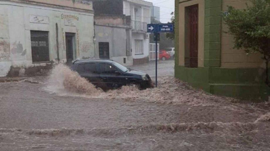 El agua generó el arrastre de vehículos y personas. Foto: Perfil.-