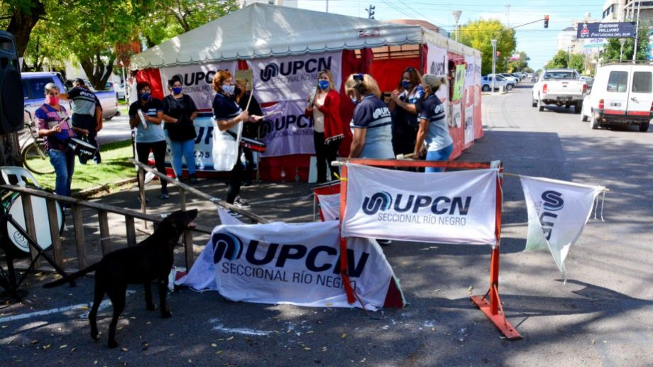 UPCN mantendrá el acampe frente a Casa de Gobierno de Río Negro, en la capital rionegrina. Foto: Marcelo Ochoa.