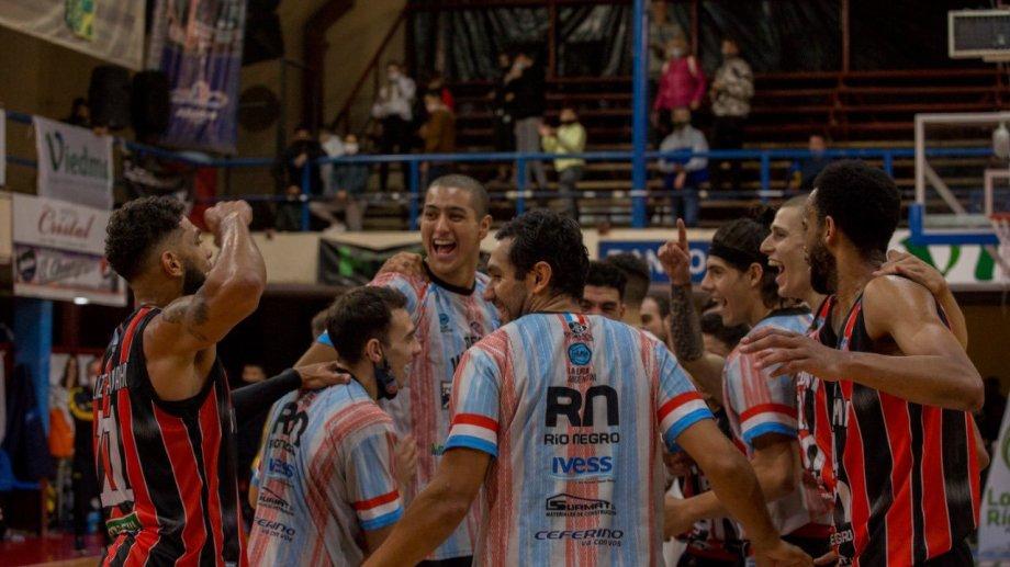 Pedro Franco, de espaldas, festeja con sus compañeros el triunfo en el derby de la región. Foto: Marcos Aramburu/prensa Viedma