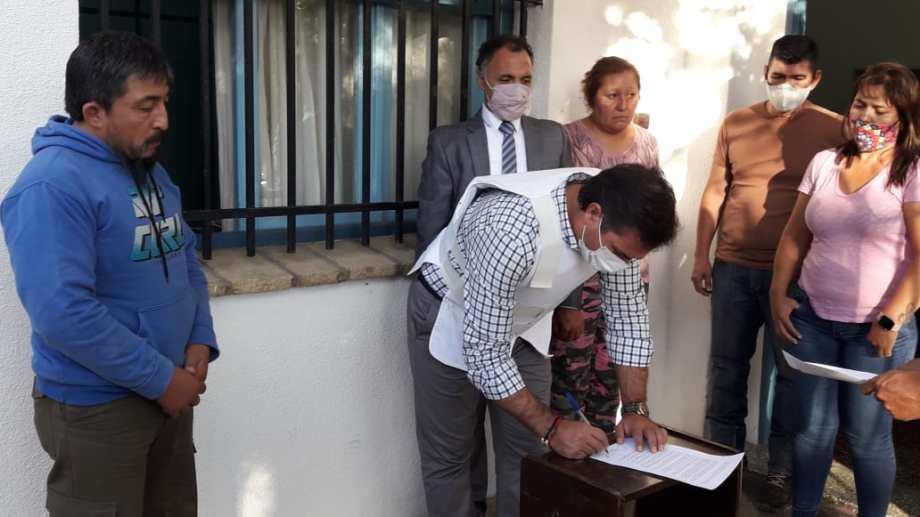 El fiscal general Gerez firma el acta. Detrás, el defensor general Caferra y a la izquierda Villar. (César Soria)