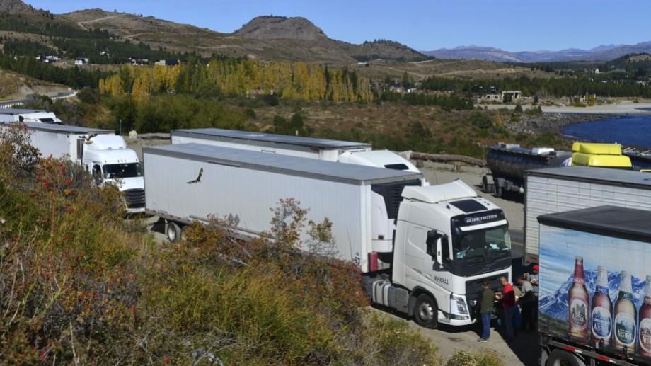 Camiones esperan a la vera de la ruta 40, cerca del puente del río Limay, para poder avanzar hacia Chile. Foto: Alfredo Leiva