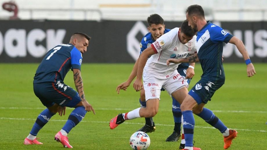Vélez confirmó su protagonismo al vencer 2-0 a Huracán en Liniers.