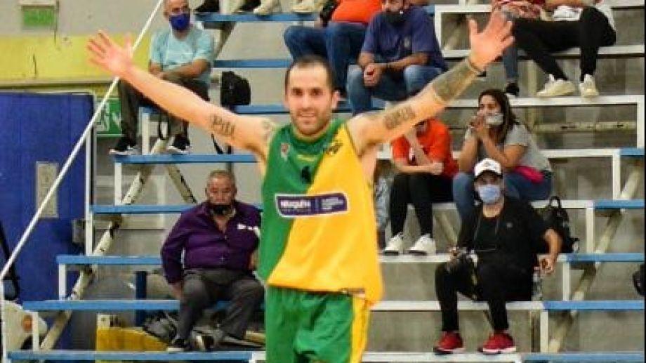Nacho Claris fue la gran figura en el triunfo de Pérfora ante Petrolero. Fotos: gentileza Carlos Martínez