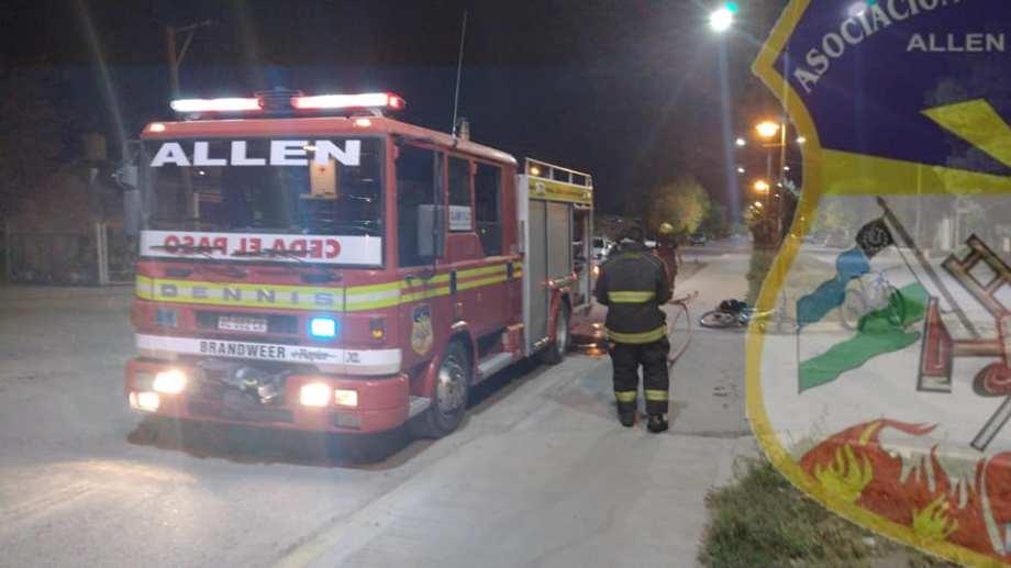 Tres bomberos del cuartel de Allen apagaron las llamas. Foto Gentileza.