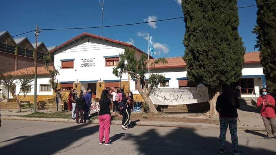Los trabajadores se concentraron fuera de la comisaría de Chos Malal para exigir la liberación de la mujer. (Gentileza Radio Nacional Chos Malal).-