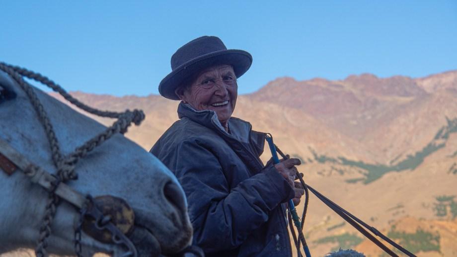 La sonrisa plena de Nélida Martínez de regreso a la invernada de las pariciones tras la veranada en las tierras altas donde las crías se hicieron más fuertes con las pasturas y el agua de deshielo. Faltaban dos días de viaje para llegar. Foto: Ricardo Kleine Samson.