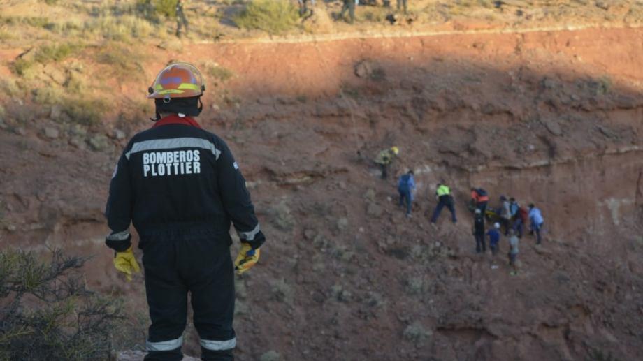 Se utilizaron cuerdas y equipos especiales para el rescate en Plottier. Foto: Gentileza Facebook Bomberos Voluntarios de Plottier.