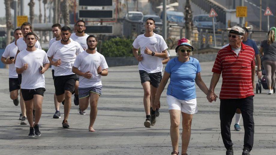 La gente se ejercita en una calle de la ciudad costera israelí. Foto: Jack Guez para AFP.