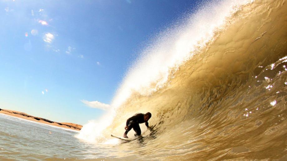 Martín Passeri, el más experimentado, mete un tubo. Encontraron una ola distinta y se divirtieron. (Foto: Canty Ramos)