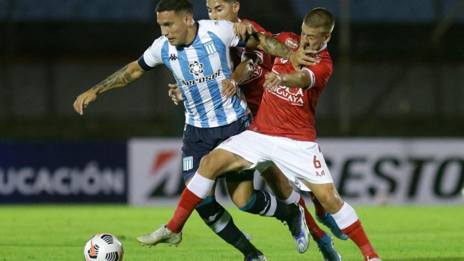 Racing rescató un empate en Montevideo. (Foto: AFP/cf/Telam)