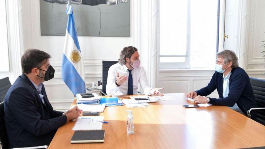 El jefe de Gabinete, Santiago Cafiero (c.), convocó a sus pares de la Ciudad y de la provincia de Buenos Aires, Felipe Miguel (d.) y Carlos Bianco respectivamente, para una reunión de trabajo. Foto: Presidencia/Télam/CBRI.-