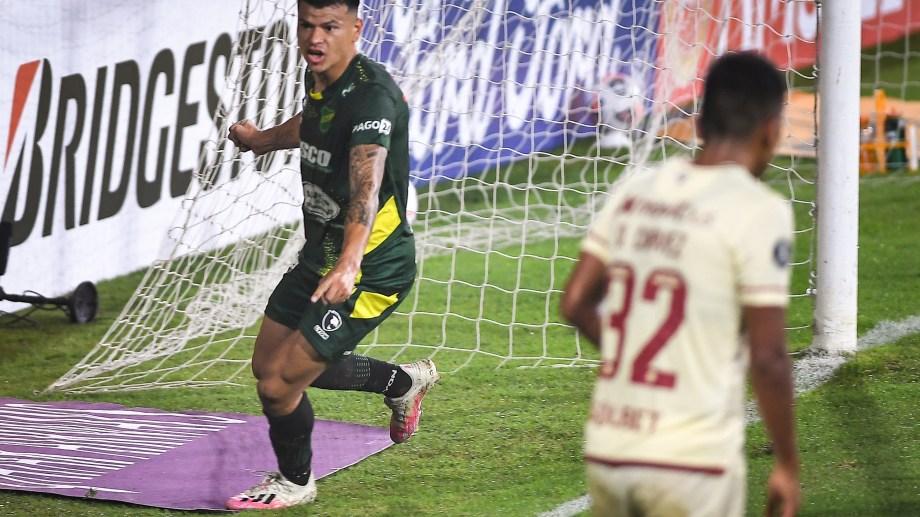 Walter Bou (7), festeja el segundo gol de Defensa y Justicia que enfrenta a  Universitario, de Perú, por la segunda fecha del Grupo A de la Copa Libertadores. Foto: Víctor Carreita/cf/Telam