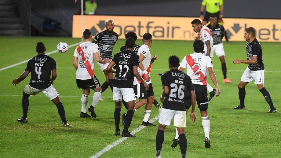 Martínez le da de zurda y marca el gol con que River le gana a Junior en el Monumental. (Foto/Télam)