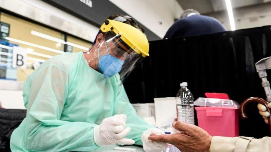 Los testeos son la forma más efectiva de detectar el virus. Foto: Télam.-
