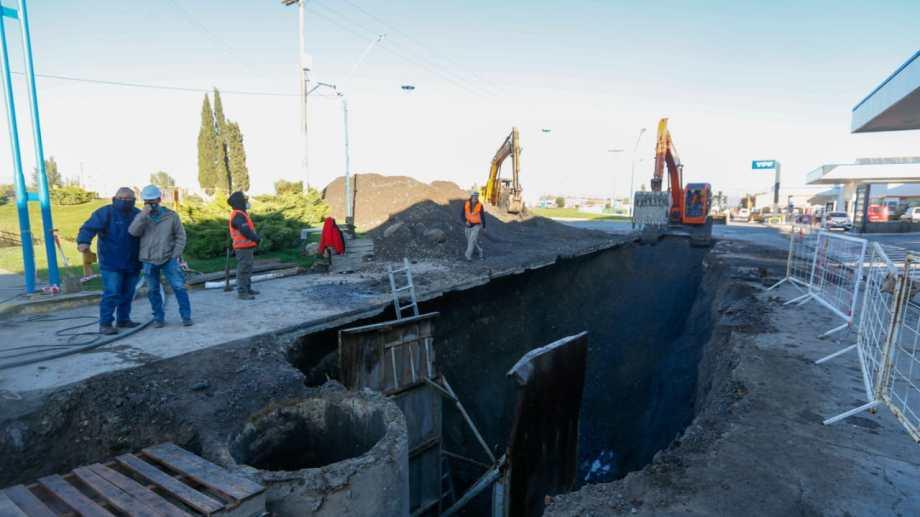 Se realiza el recambio de 370 metros de cañería por donde pasan más de la mitad de los líquidos cloacales. Foto: Juan Thomes