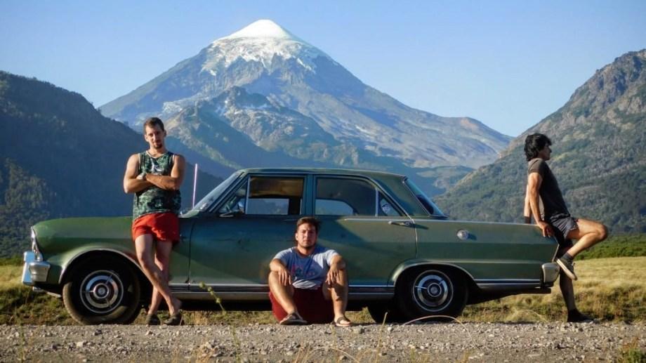 Maxi, Alan y Walter este verano con el Chevrolet de 1967 y el volcán Lanín de fondo. Foto: Alan Rucci.