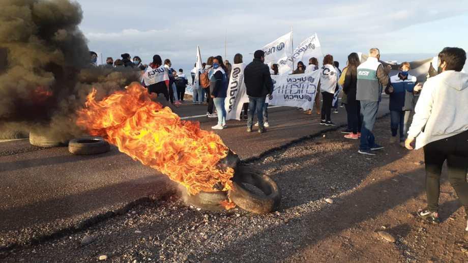 Comenzó el corte de los trabajadores de la Salud sobre la Ruta 22 en Chichinales