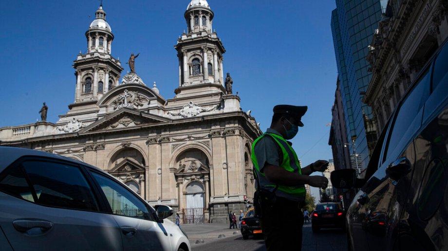 El Gobierno chileno decretó el cierre de fronteras durante todo abril y endureció las restricciones. (Foto: AP)