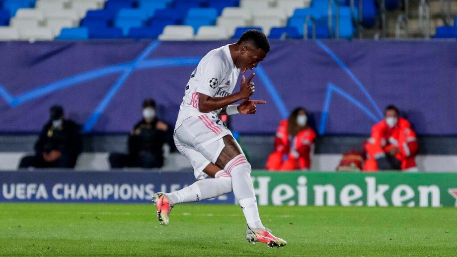 Vinicius celebra tras marcar su segundo gol en el partido ante Liverpool. (Foto: AP)