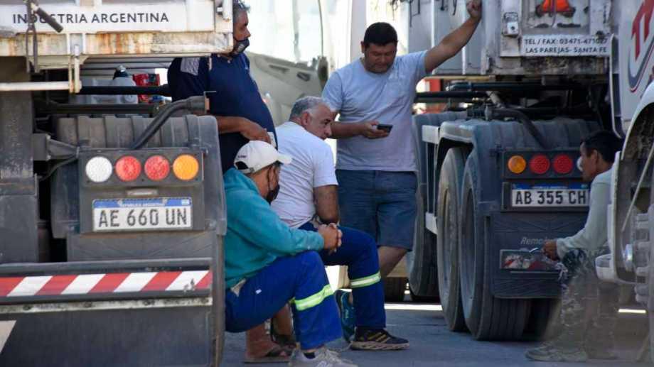 Los camiones que estaban varados en Añelo fueron desviados hacia Catriel. (Archivo Florencia Salto).-