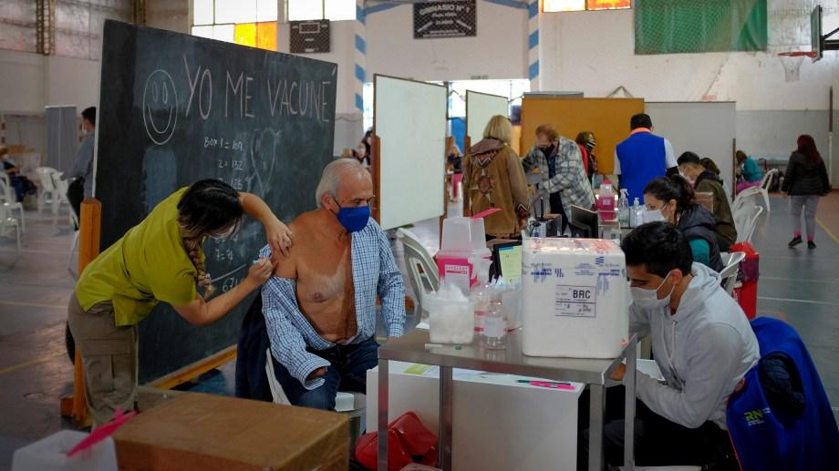 La vacunación contra el coronavirus se realiza en Bariloche en el gimnasio municipal 1. Archivo