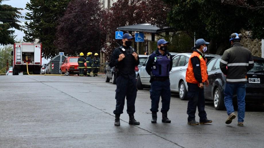 Minutos antes del mediodía, procedieron a la evacuación del edificio de tribunales en Bariloche. Foto: Alfredo Leiva