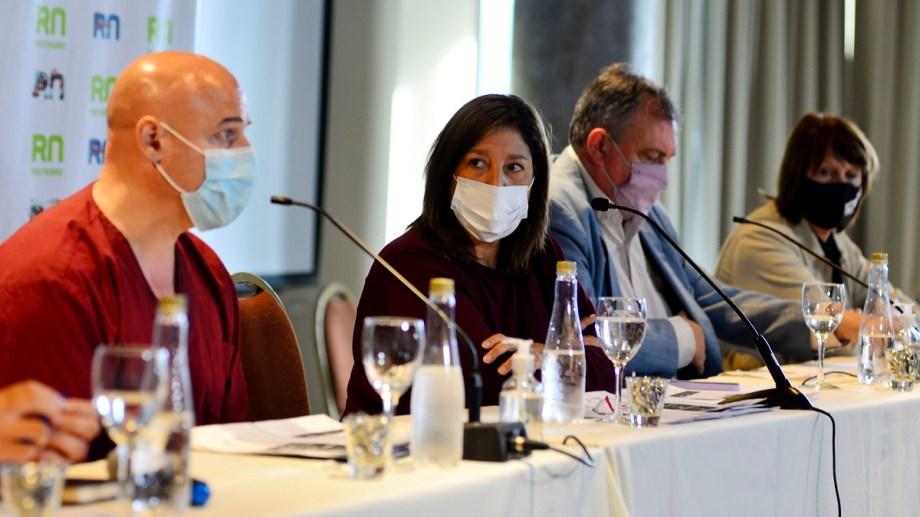 La gobernadora Arabela Carreras junto a los intendentes Gennuso y Balseiro anunciaron las nuevas medidas. Foto: Alfredo Leiva