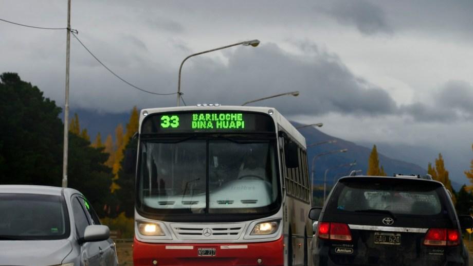 La línea 33 que une Bariloche y Dina Huapi normalizó las frecuencias en marzo y sumó un rondín, pero hay quejas. Foto: Alfredo Leiva